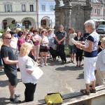 zasvěcený výklad paní průvodkyně Pospíšilové na náměstí v Sobotce