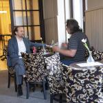 rozbor koncertních záležitostí dvou filosofů v divadelní kavárně