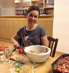Katka Šulcová asistuje šéfkuchařce